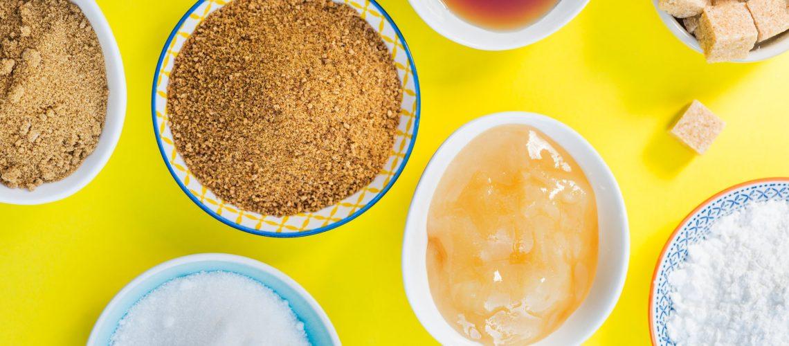 Pro Kopf essen wir täglich 110 Gramm Zucker – mehr als doppelt so viel, als uns guttut. Im Handel wächst die Zahl alternativer Süssstoffe. Doch was unterscheidet diese vom heiss diskutierten Krankmacher und worauf sollte man beim Konsum achten?